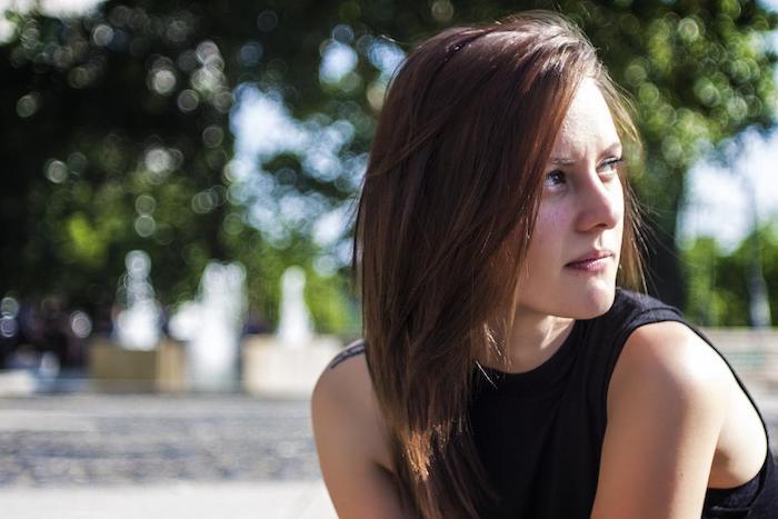 modele de coupe de cheveux originale, carré plongeant lisse avec tenue sport, look ado fille décontracté