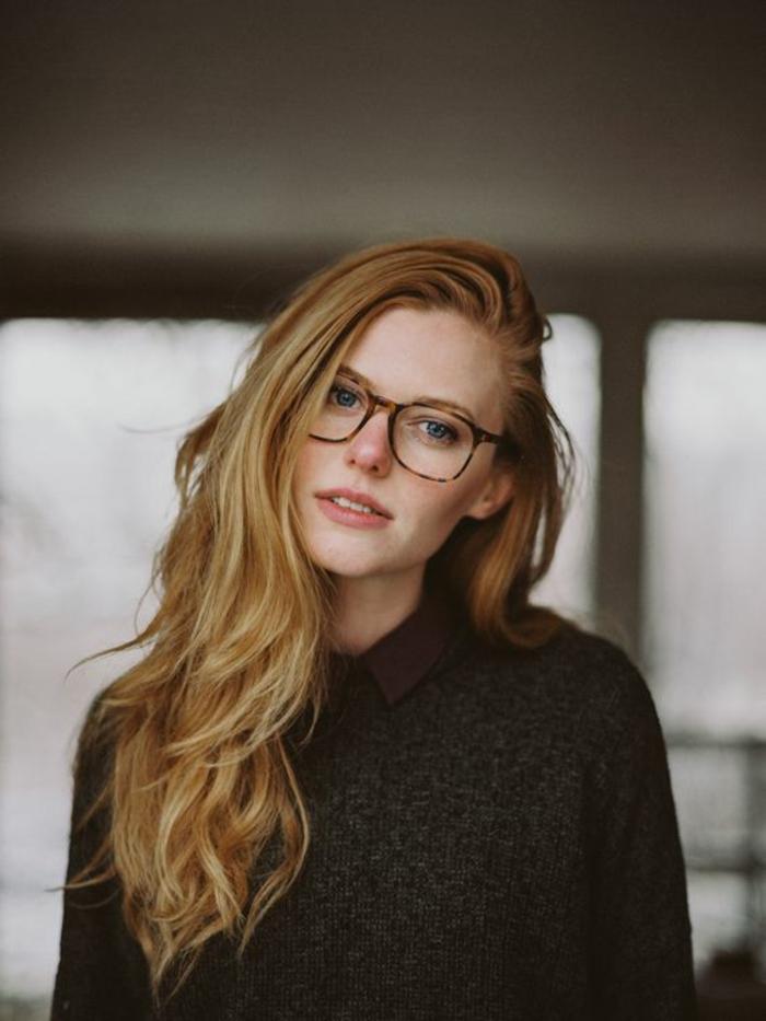 lunette rectangulaire, comment choisir ses lunettes, monture style tortoise, en forme carrée, lunette de vue, femme aux cheveux longs roux