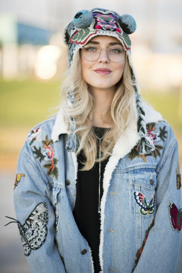 jeune fille habillée en style hippie chic et glamour, lunette ronde femme, comment choisir ses lunettes, look en veste avec denim bleu avec des broderies papillons