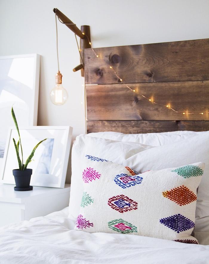 idée comment fabriquer une tete de lit en bois avec éclairage guirlande lumineuse et ampoule electrique