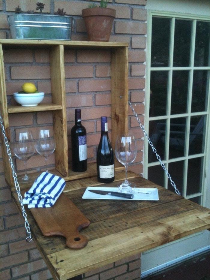 caisse en bois deco diy pour balcon, table pliante murale pour petite terrasse, faire une étagère avec caisse à vin