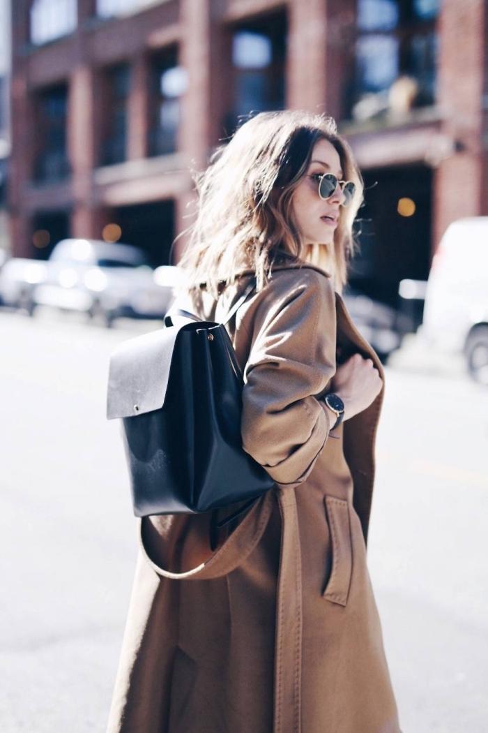 coiffure de cheveux longs naturellement bouclés avec volume, accessoires noires lunettes de soleil et montre pour femme