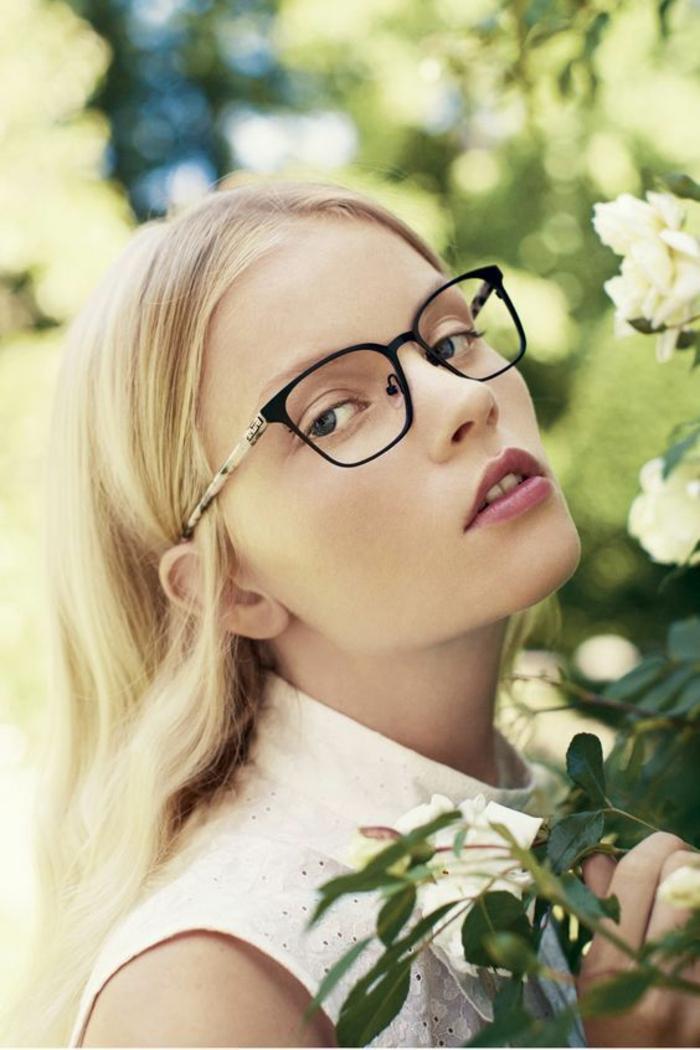 lunette tendance en noir et blanc, monture lunette femme, look féminin, cheveux blonds, fleurs blancs couleur crème