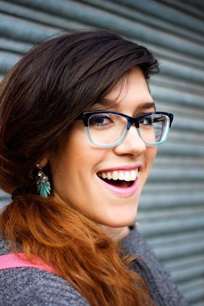 lunette carre, modèle bicolore en noir et bleu turquoise, boucles d'oreilles assorties de couleur, style jeune et frais, fille pimpante
