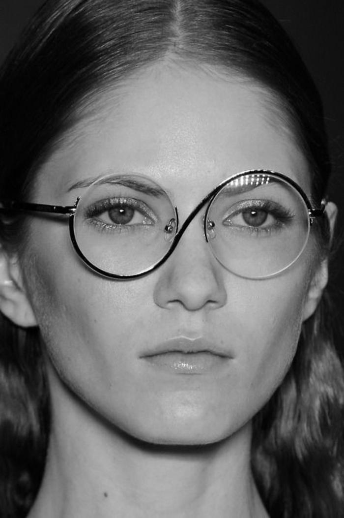 comment choisir ses lunettes, monture avec des verres ronds, métal qui embrasse les verres en diagonale, lunette pour visage ovale