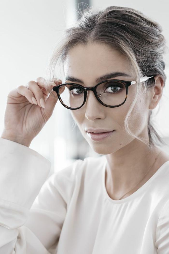 lunette de vue, comment choisir ses lunettes, monture noire en plastique et en partie métallique, look sérieux