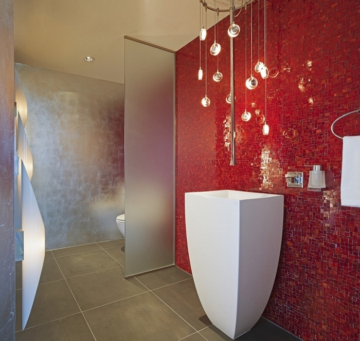 modèle de mur original en carrelage rouge, salle de bain moderne en beige et rouge avec paroi en verre et meubles blancs