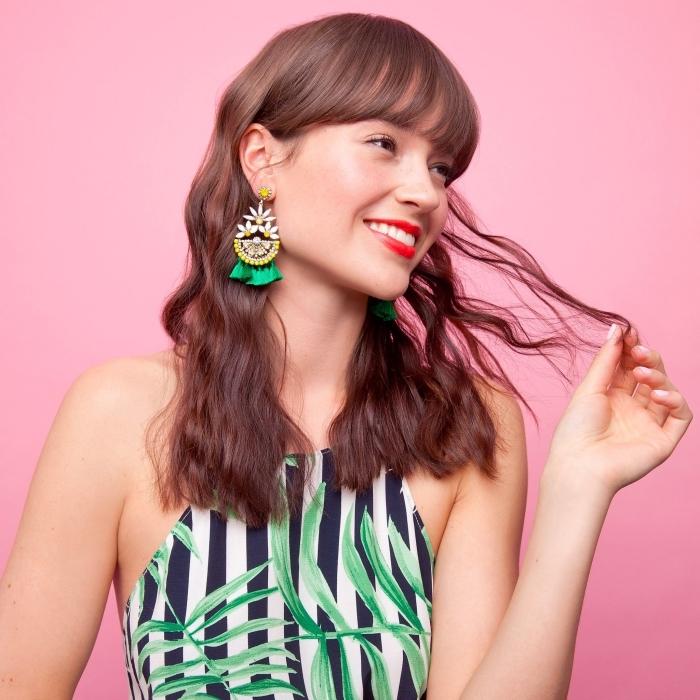vision adorable avec robe rayée à design tropicale et coupe de cheveux longs avec frange de nuance acajou