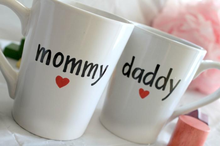 annoncer grossesse, deux tasses à café blanches avec un texte noir, maman et papa