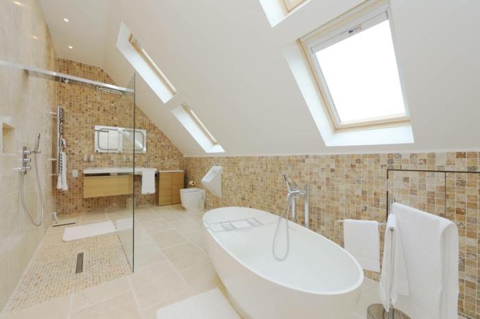agencement salle de bain en beige et blanc, baignoire blanche, meuble vasque suspendu