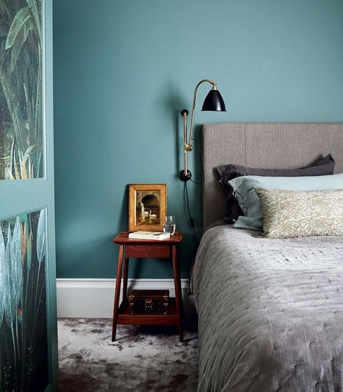 idée d association de couleur avec le gris, linge de lit et tete de lit gris, mur couleur bleu canard, armoire à papier peint tropical