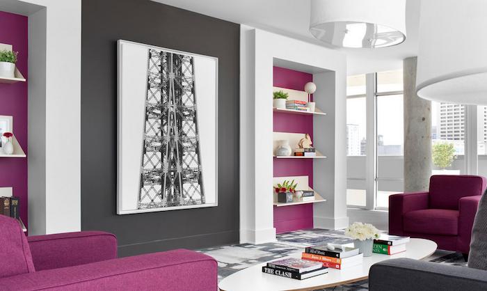 exemple de mur couleur gris anthracite, avec des pans de mur et fauteuils framboise et table basse blanche