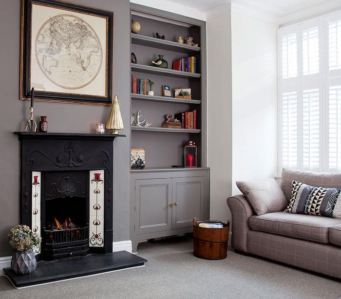 gris souris peinture murale, cheminée noire, tapis et canapé gris, deco murale tableau mappemode, design classique