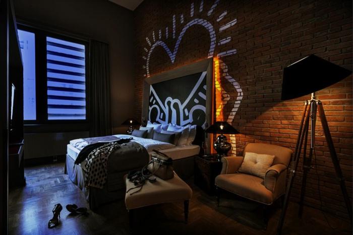 chambre adulte originale, mur en briques, graffiti coeur blanc, ambiance chic industrielle