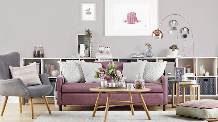 quelle couleur associer au gris perle, peinture murale grise et chaise grise, canapé framboise, table basse en bois, etagere basse blanche