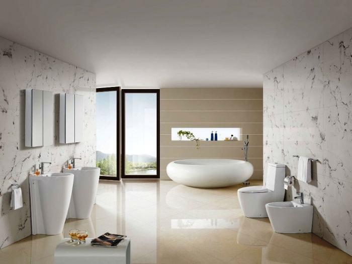 aménagement salle de bain spacieuse aux murs blancs et plancher beige avec meubles blanc mate sans poignées