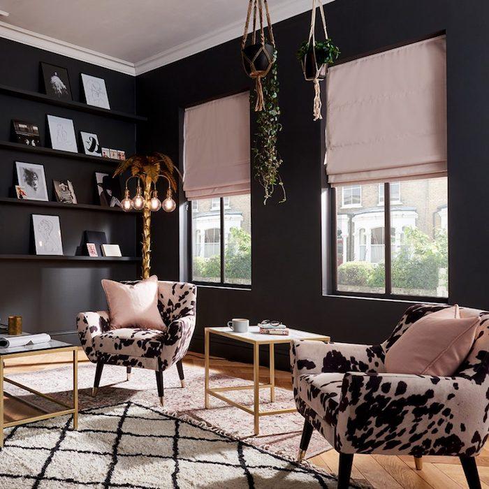 murs couleur gris anthrasite, stores rose et fauteuils rose et noir, table basse en bois et verre, suspension macramé, lampe originale