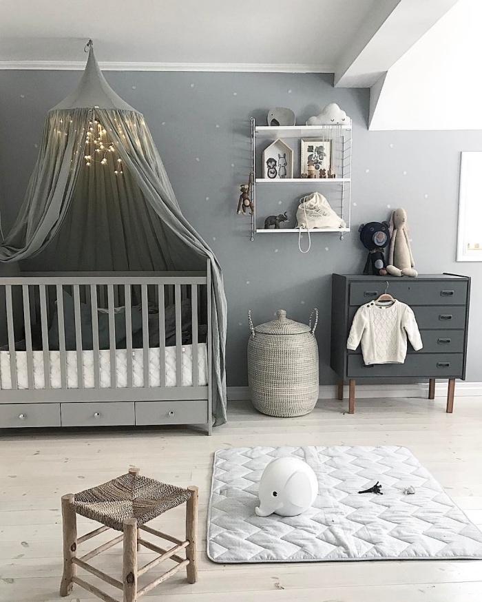 avec quelle couleur assortir le gris dans la chambre bébé unisexe, armoire grise et rangement étagères suspendues