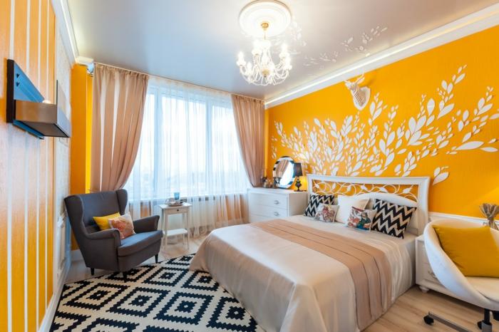 déco de chambre en jaune et noir, coussins chevron, tapis à diamants, fauteuil gris et chaise blanche