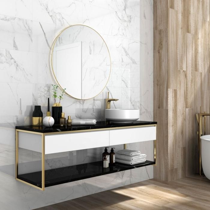 deco salle de bain luxueuse avec revêtement mural en carrelage à design marbre blanc et pan de mur en bois clair