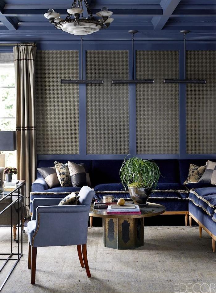 murs gris et violet, canapé d angle gris exotique, tapis gris et table basse en or et violet, suspension originale, quelle couleur avec le gris