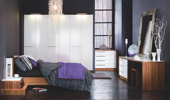 murs couleur gris anthracite, coiffeuse en bois, grang miroir baroque, linge de lit gris et violet, parquet marron foncé