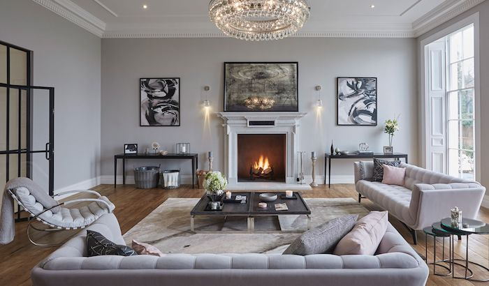 quelle couleur associer au gris perle, canapés et fauteuil gris, table basse noir et gris, cheminée blanche, mur peinture gris clair