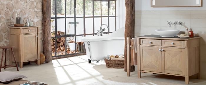 idee deco salle de bain en blanc et bois de style rustique avec revêtement mural en pierre et colonnes décoratives de bois massif