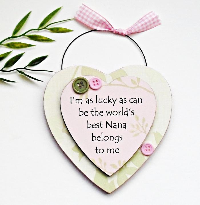 idée cadeau grand mere à accrocher sur les murs, petit objet décoratif à design coeur avec gravure mots doux pour mamie