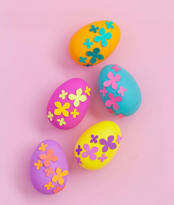 oeufs colorés avec décoration de petites fleurs en papier, activité créative pour paques originales