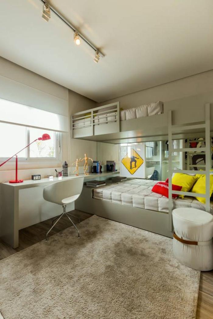 ambiance en couleur pistache, aménagement chambre 10m2, grand tapis carré en couleur beige, deux lits superposés en couleur pistache