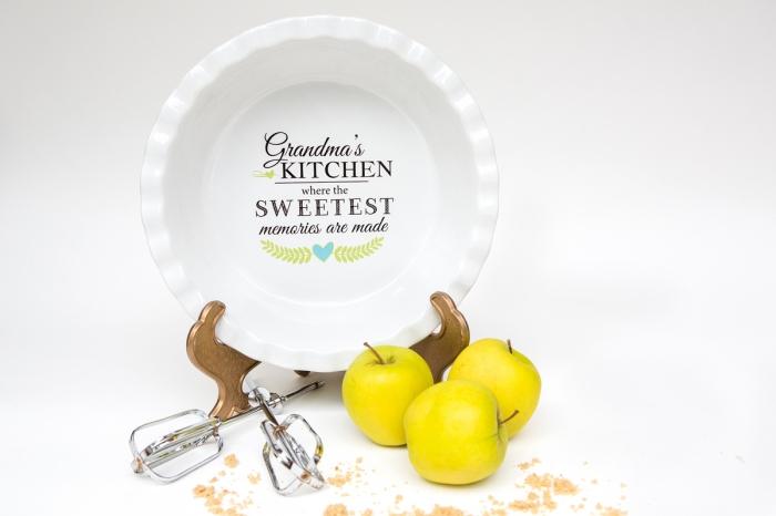 pommes jaunes devant une assiette blanche sur support doré, ustensile de cuisine à design personnalisé pour une fête