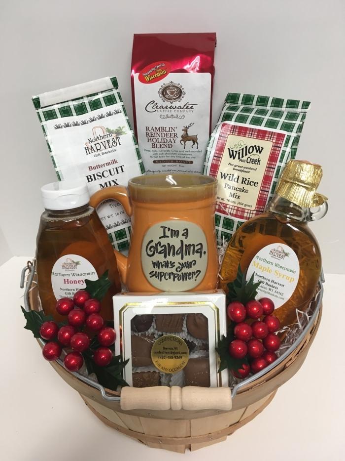 collection d'ingrédients et d'herbes à offrir dans un panier décoré à sa grand-mère, modèle de tasse marron à gravure mots amusants