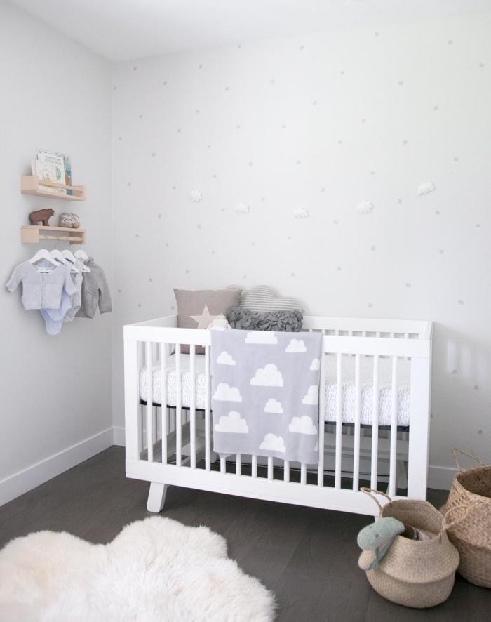 style minimaliste dans la chambre bébé avec lit blanc et tapis moelleux, panier en fibre végétal pour jouets de bébé