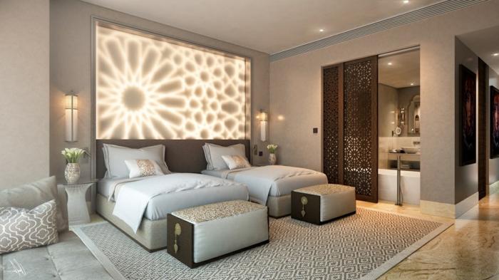 idée déco chambre fantastique, un tableau lumineux avec des figures symétriques, deux lits avec banquettes de lit