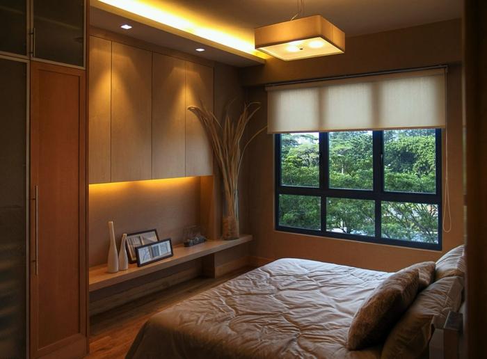 chambre parentale style chalet, étagère avec niche de rangement, fenetre avec une vue verte