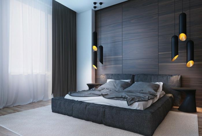 lampes contemporaines, lit mis au sol, tapis clair, rideaux blancs et noirs