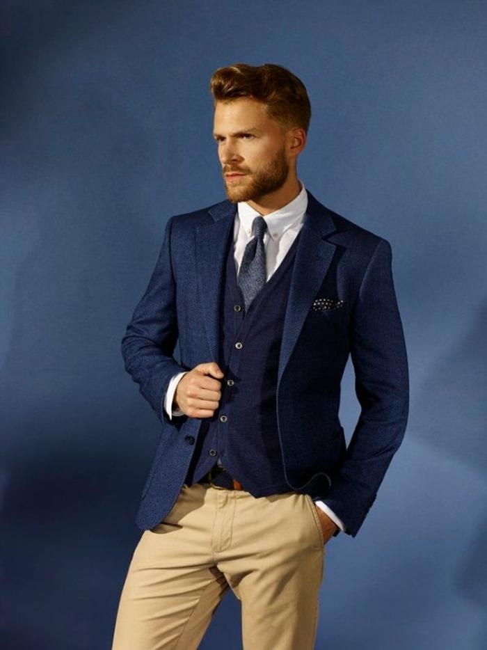 costume 3 pièces homme, chemise blanche, gilet en bleu roi, cravate grise, mouchoir de poche en bleu roi avec des petits pois blancs, pantalon en couleur ivoire