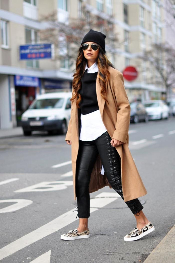 comment assortir la tenue blanc et noir avec un manteau élégant beige et escarpins blancs