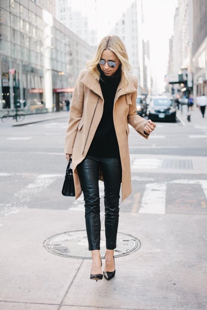 élégance et style en look total noir avec pantalon cuir noir et pull noir combinés avec manteau beige