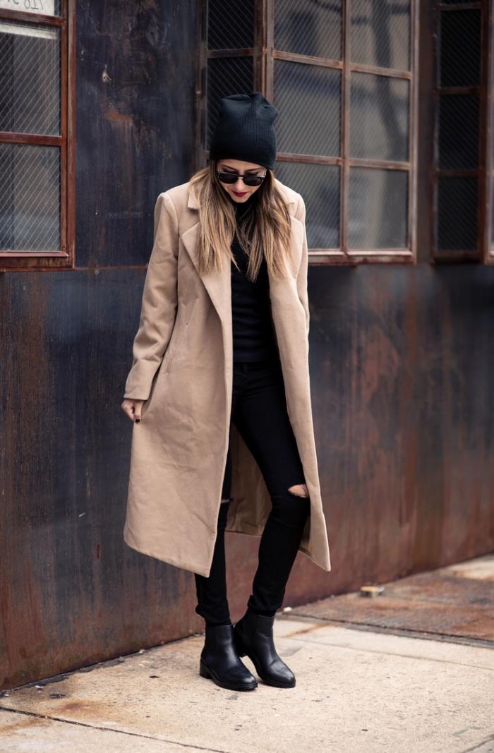 look urbain chic décontracté avec pantalon troué sur genoux et manteau long beige, maquillage avec rouge à lèvres rouge