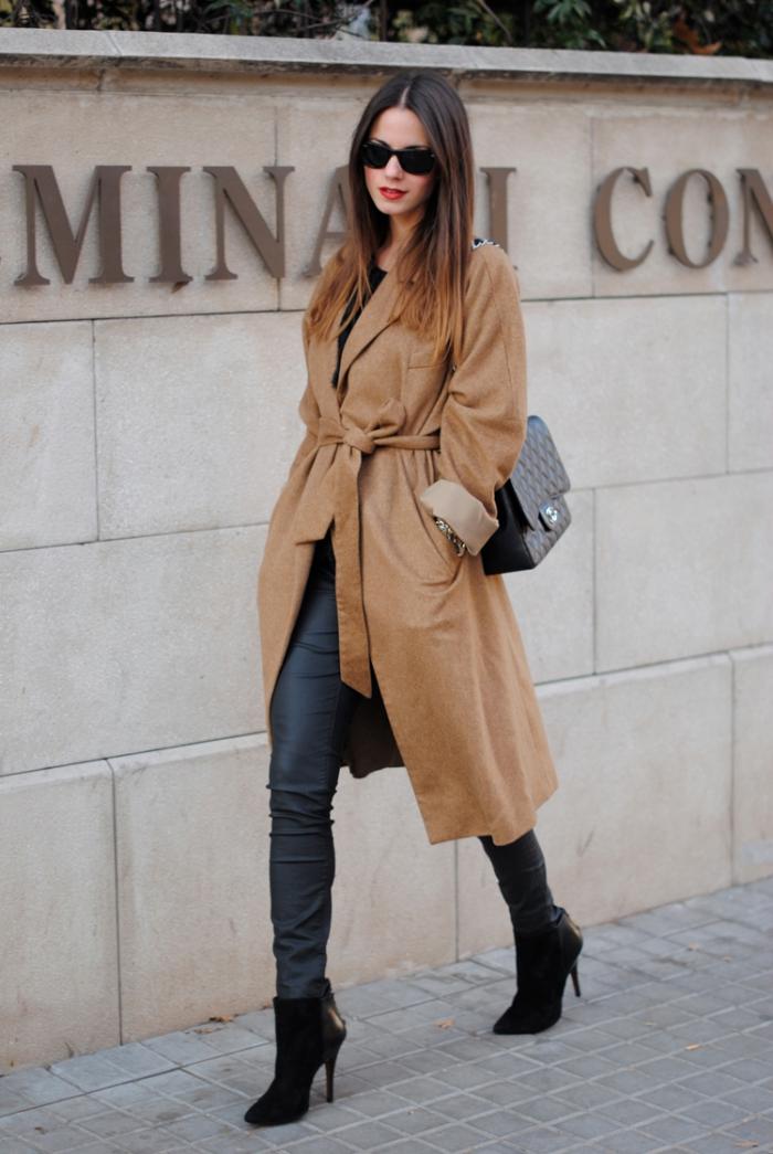 maquillage avec rouge à lèvres rouge matte, look stylé en manteau camel femme long avec ceinture et bottines à talons