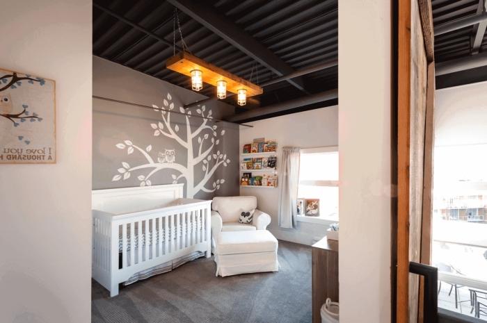style loft industriel et moderne dans la chambre bébé fille ou garçon aux murs gris et blancs avec meubles blancs