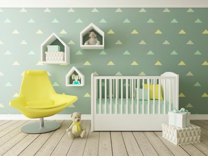 idée déco chambre bébé aux murs verts et plancher de bois clair aménagé avec lit à barreaux blanc et chaise jaune