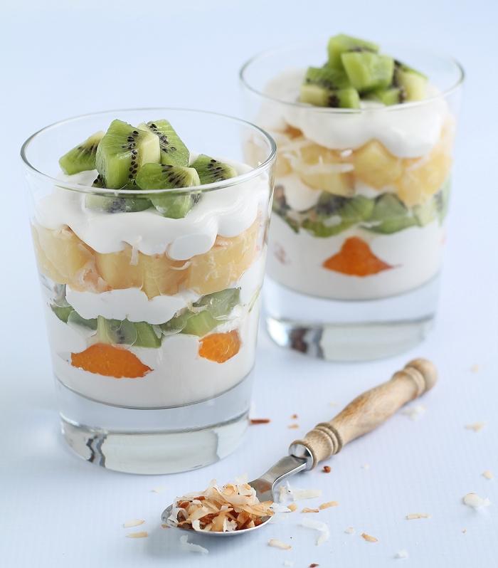 idée pour un dessert après raclette copieuse, recette de parfait léger à la crème de noix de coco et aux fruits tropicaux
