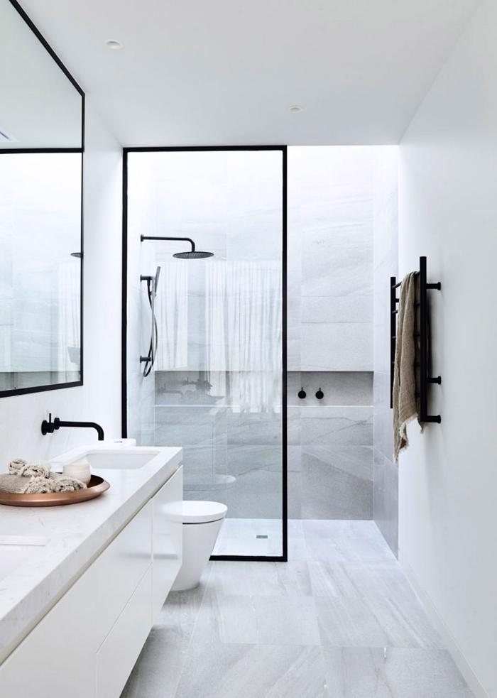 salle de bain blanche avec carrelage à design marbre blanc et cabine de douche à paroi verre et noir mate