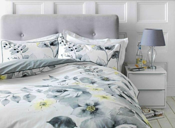 amenagement chambre cosy et en teintes claires, parure de lit gris et jaune
