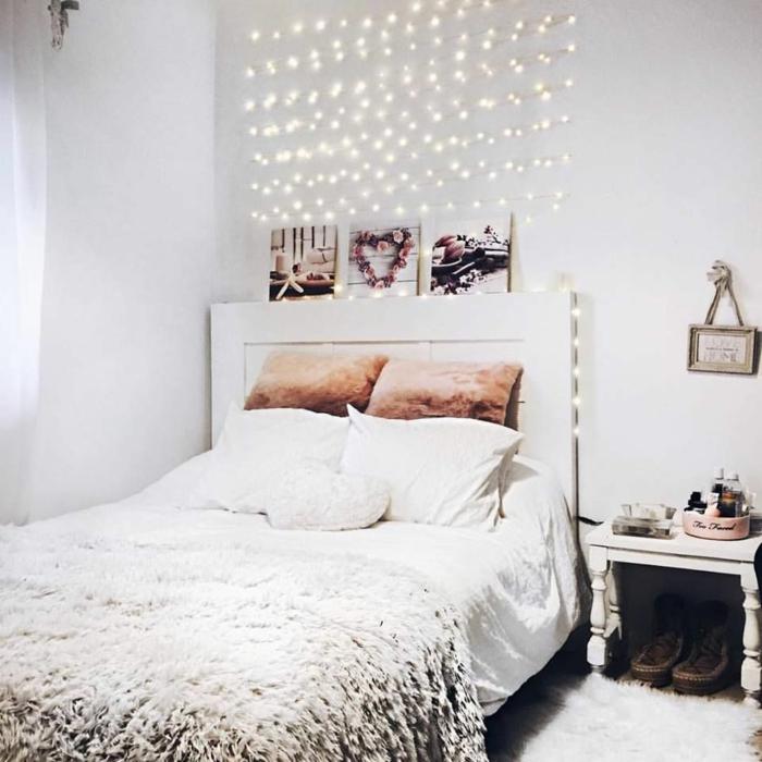 coussins orangesn tete de lit en bois, lampes au mur, déco chaleureuse nordique