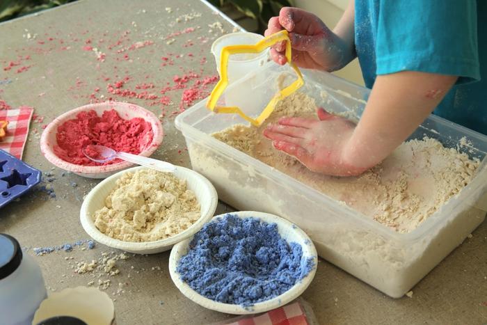 comment faire du sable à modeler coloré pour s amuser à créer des formes variées en sable lunaire fait maison