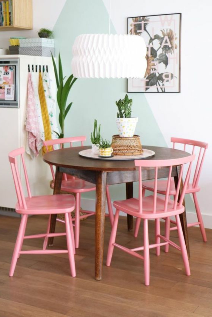 renover cuisine, repeindre sa cuisine avec des murs en bleu pastel et blanc, quatre chaises peintes en rose bonbon, table ronde en marron